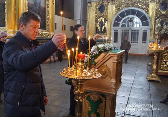 Вице-премьер правительства и министр культуры ставят свечки