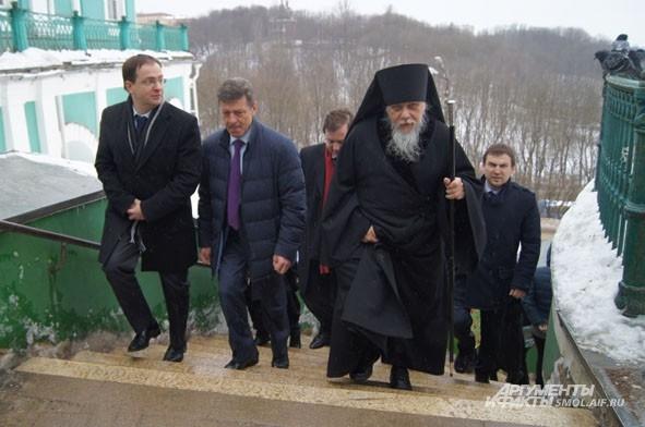 Епископ Пантелеимон провожает гостей в Успенский собор