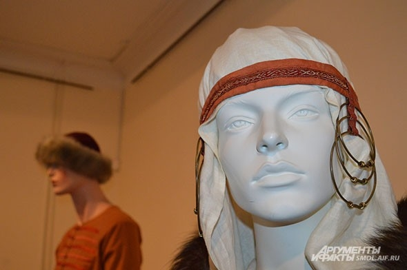 Наряды на выставке демонстрируют манекены