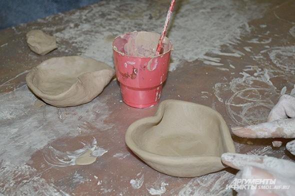 Последний штрих - аккуратно согнуть края тарелки, чтобы получилось сердце