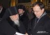 Епископ Пантелеимон дарит Владимиру Мединскому книгу