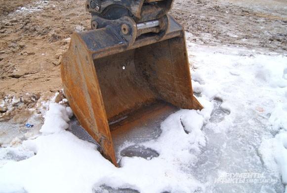 Ковш экскаватора вмерз в лед