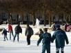 Некоторые спасатели примерили коньки впервые - устоять на льду помогли товарищи