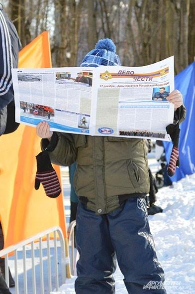 Малыш с интересом читает газету пожарных