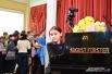 После мастер-класса кто-то торопится посидеть за роялем, на котором играл Дмитрий Маликов, а кто-то - получить его автограф