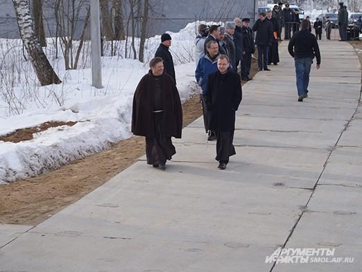 Отец Птолемеуш (слева), анстоятель римско-католического прихода в Смоленске