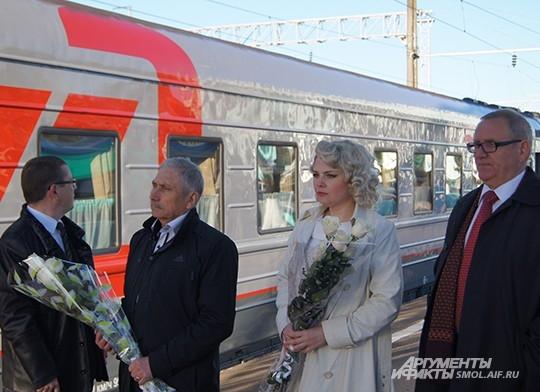 Офиициальные представители администрации Смоленской области ожидают выхода дирижера