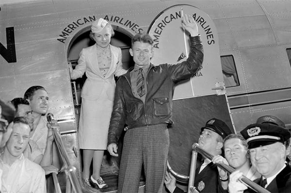 Авиатор Дуглас Корриган рядом со стюардессой в 1948 году.