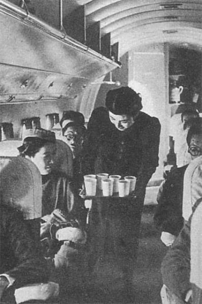 Бортпроводница японской авиакомпании в 1940 году.