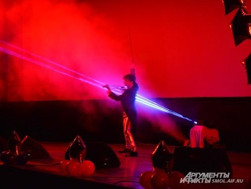 Выступление скрипача Алексея Векслера больше напоминало лазерное шоу, чем классическую игру на скрипке