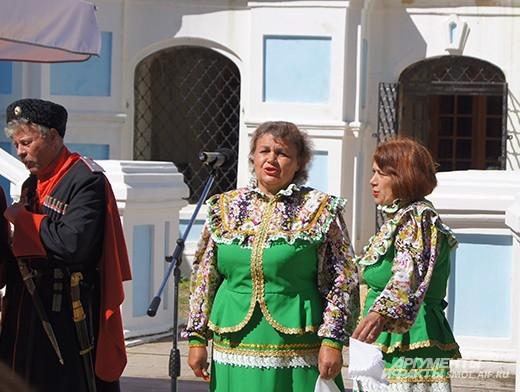 Традиционно на грибоедовском празднике выступает много коллективов самодеятельности