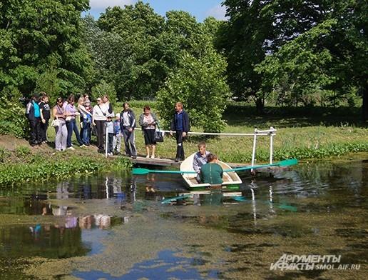 Катание на лодках - традиционное развлечение в Хмелите