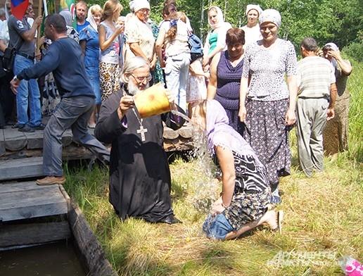 Традиционное обливание водой из Днепра