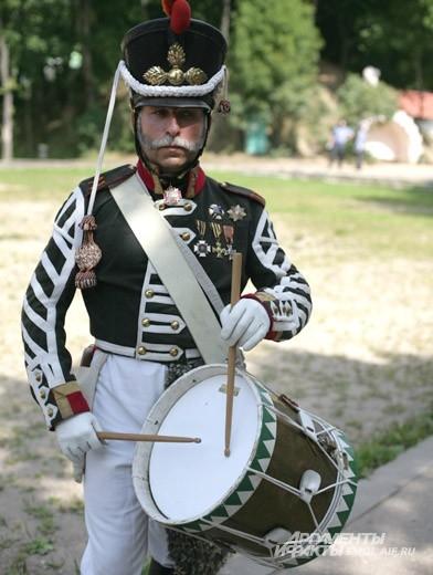 Гусар c барабаном всегда настроит на боевой дух
