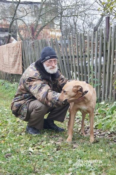 Однажды знакомые рассказали Валентине и Юрию, что кто-то отвез взрослую собаку на конечную остановку троллейбуса и там привязал к фонарному столбу. Джесси просто стала не нужна своим хозяевам. Здоровую, красивую собаку Федотовы нашли именно там, где им и сказали.