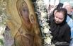 Прихожане Успенского собора прикладываются к Святыне