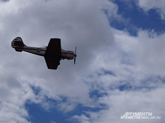 Самолет над полем боя