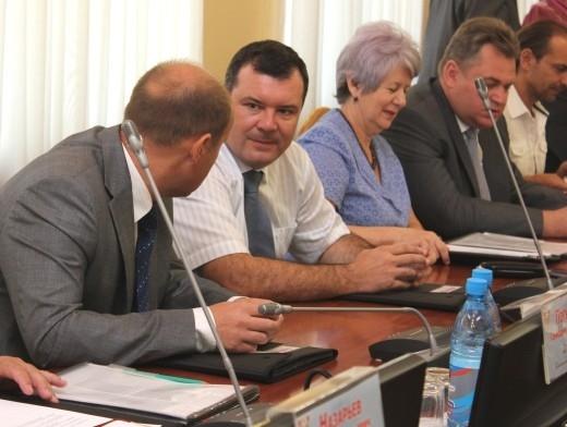 Евгений Павлов перед избранием беседует с Вадимом Косых.