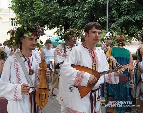 Фольклорный ансамбль удивил костюмами