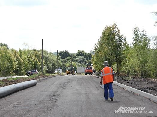 Редкие рабочие попадались на глаза многочисленным водителям, которые пользуются этой дорогой