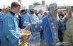 Митрополит Сергий освящает святой водой верующих