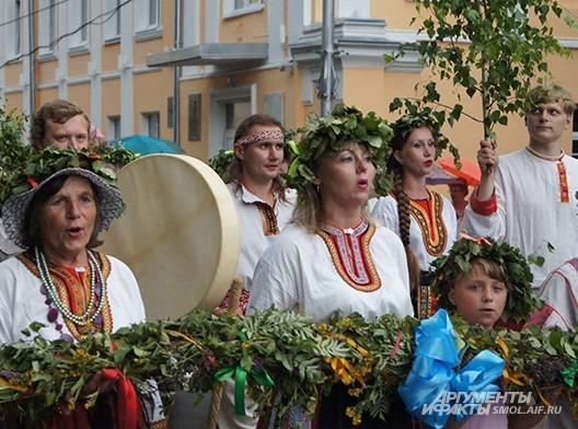 Все участники шествия - с музыкальными инструментами