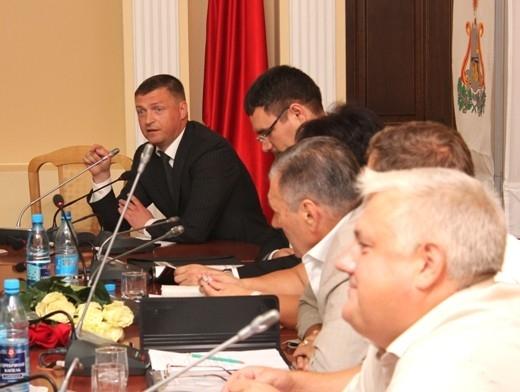 Глава администрации города Николай Алашеев призывает депутатов все-таки определиться с главой города.