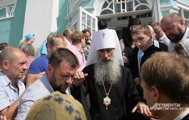 Митрополит Тернопольский и Кременецкий Сергий благословляет прихожан