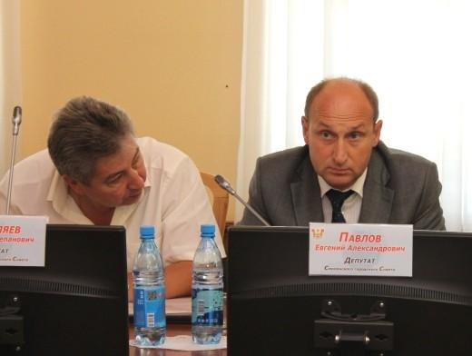 Евгений Павлов в течение всей сессии горсовета немного стеснялся фотокамер.