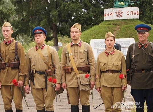 Реконструкторы на памятном митинге в Соловьево