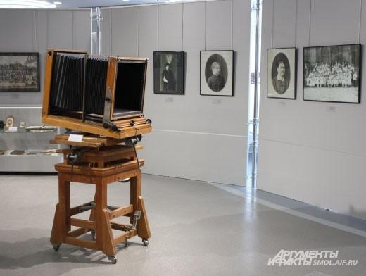 Залы фотовыставки украшены старинной техникой.