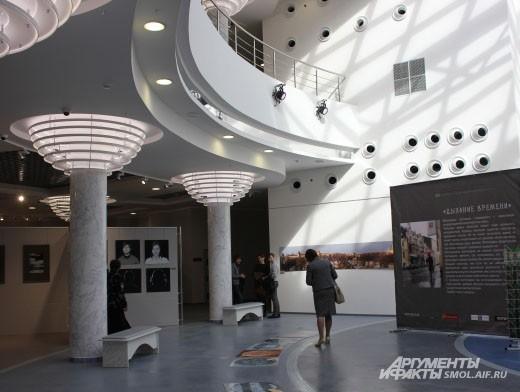 В центре здания КВЦ находится атриум.