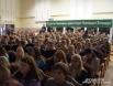 В актовом зале вуза много студентов