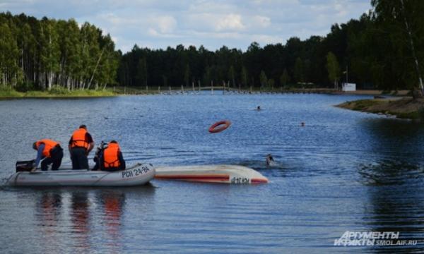 Быстро, на катере, приплывают спасатели