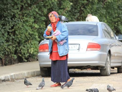 Эта женщина угостила праздничным яблоком и голубей