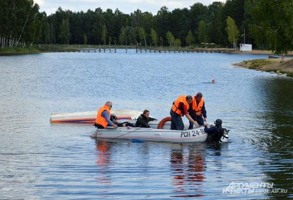 «Утопающий» спасен, помощь не помешает и водолазу - выбраться из воды в тяжелом снаряжении не так уж и легко
