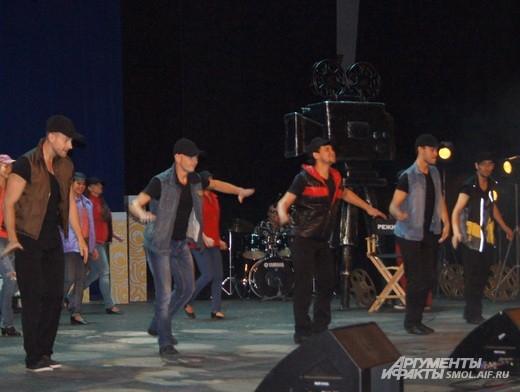Танцевальное представление на сцене