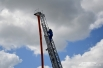 Пожарный поднимается по выдвижной лестнице с «рукавом»