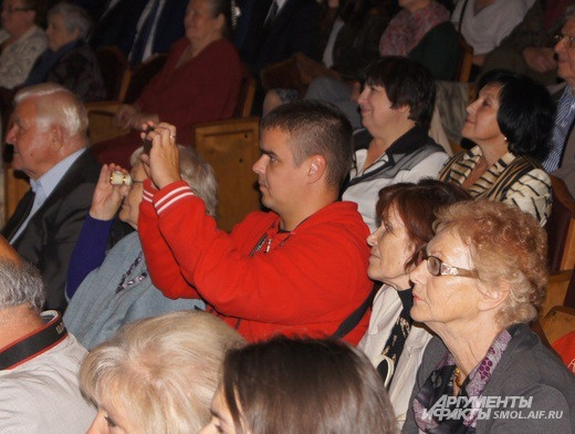 Среди зрителей в зале замечен Сергей Рост, российский сценарист, актёр, теле- и радиоведущий