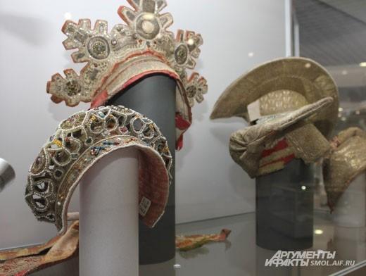На третьем этаже КВЦ выставлены около 200 предметов из коллекции Тенишевой.