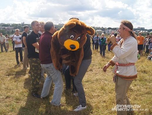 Молодецкая забава - подбрасывание медведя