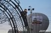 Полиция не прогоняла самых любопытных, расположившихся на воротах сада Блонье
