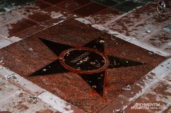 По традиции обладатель именной звезды разбивает о нее бокал, из которого выпито шампанское