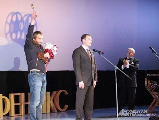 Юрия Быкова поздравляет вице-губернатор Смоленской области Михаил Питкевич