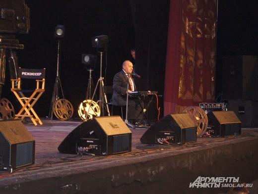 Левон Оганезов никуда не ездит без своего синтезатора