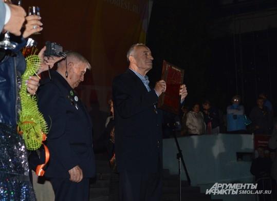 Валентину Гафту вручают диплом