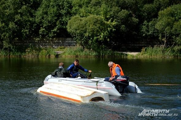 И, конечно, нужно отбуксировать перевернутую лодку