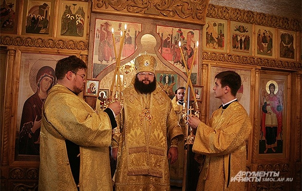 Епископ Исидор во время Литургии