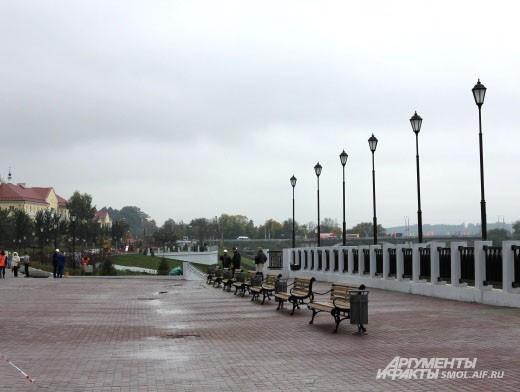По верхнему ярусу набережной Днепра уже можно гулять.