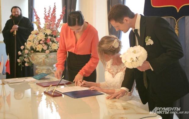 Накануне празднования памяти святых Петра и Февронии правящий архиерей поздравил смолян, вступивших в брачный союз
